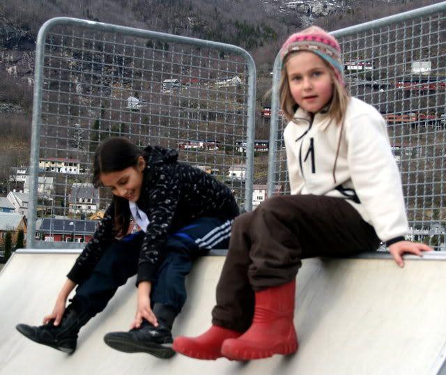 Kalyani 8 1/2 år og Martine 6 år