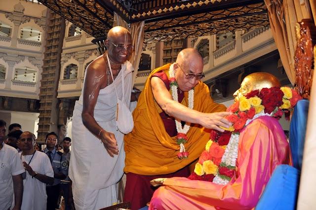 dalai lama legt krans om