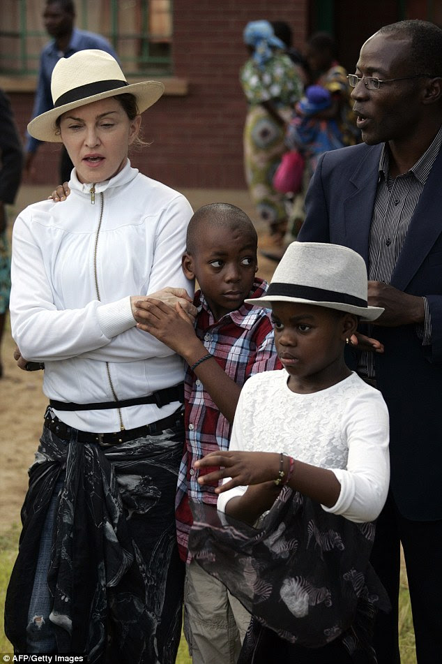 Madonna (à esquerda) adotou David Banda (centro) em 2008 e um ano depois adotou Mercy James (à direita)