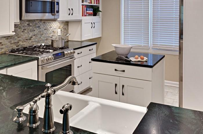 Kleine Küche mit Kochinsel aus Holz mit Regal Fläche