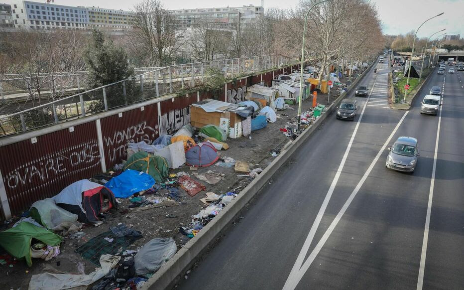 Paris XIXe, ce vendredi. Ce sont près de 2500 personnes, migrants et toxicomanes de l'ex-colline du crack, qui se retrouvent dans un gigantesque bidonville.