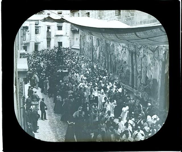Procesión del Corpus a principios del siglo XX. Tapices colgados en los muros de la Catedral