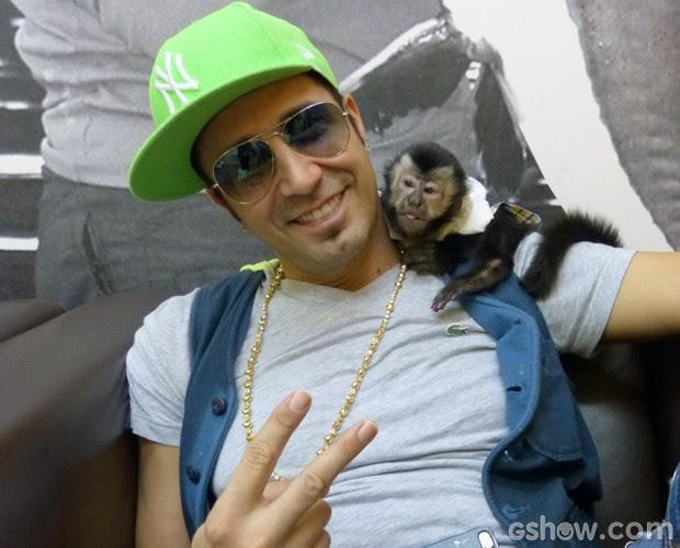 Latino e seu novo xodó, o macaco Twelves (Foto: Mais Você/TV Globo)