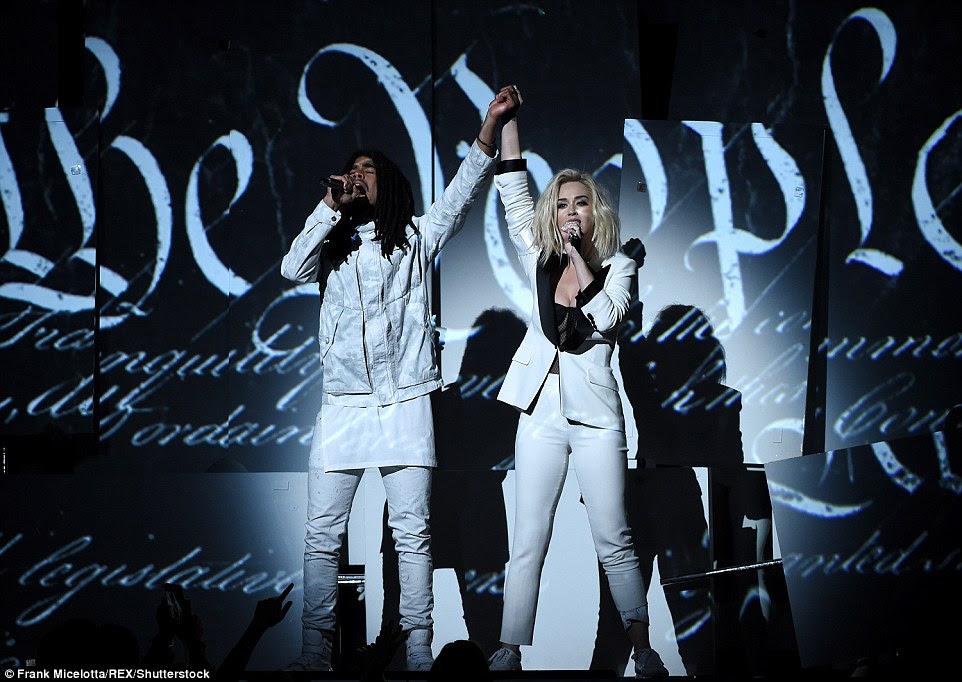 Apenas nós: Ela foi acompanhada por Skip Marley no final do desempenho
