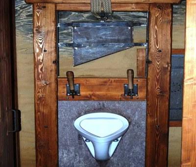 Toilet Berbentuk Alat Hukuman Mati