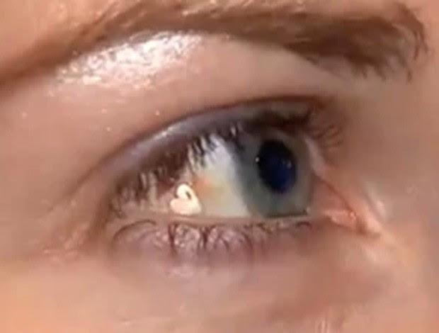 Lucy Luckayanko implantou joia em um dos olhos para ter um 'diferencial'  (Foto: Reprodução/YouTube/StarNews)