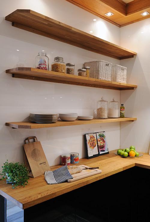 open shelves in the kitchen (via İnterior Photos: 492)
