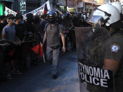 Manifestantes durante una marcha contra el nazismo, el pasado jueves en Atenas. EFE