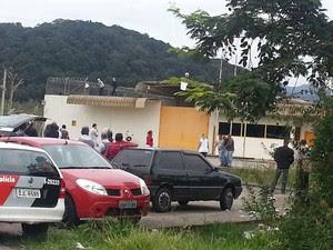 Refém liberado durante rebelião na Fundação Casa em Itanhaém (Foto: Solange Freitas/TV Tribuna)