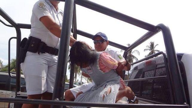 Una niña indígena es detenida por las autoridades mexicanas. Twitter: @solociudadanos. Vía: The Guardian