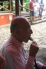 Mi abuelito comiendo paleta de chocolate