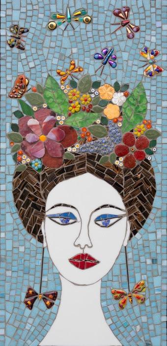 fleurs dans ses cheveux