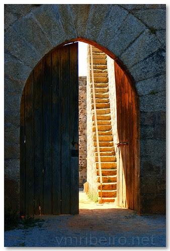 Porta do castelo de Sabugal by VRfoto