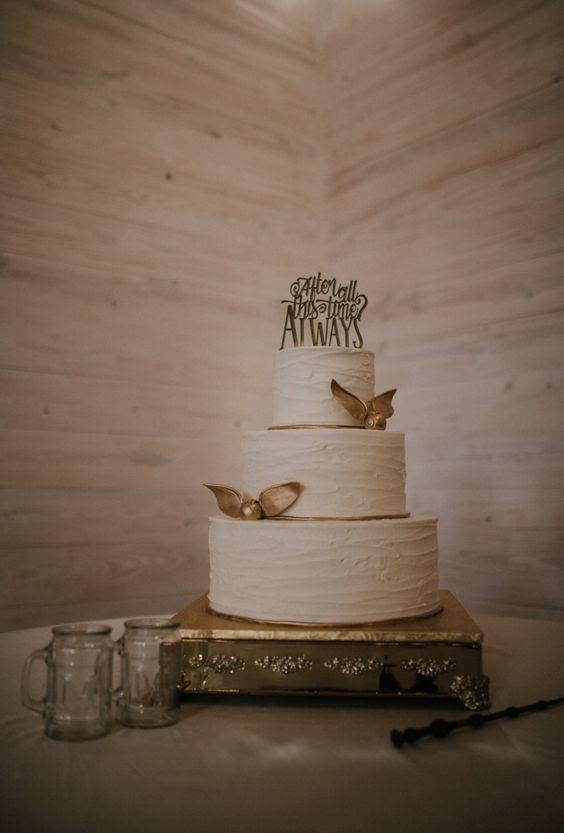 eine Textile weiße Hochzeitstorte mit gold snitches und eine Kuchen-topper