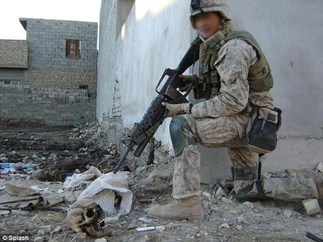 Αμερικανοί πεζοναύτες καίνε Ιρακινούς αντάρτες