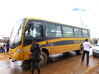 Ônibus escolar que transferiu os detidos para Açailândia