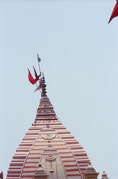 चित्र:Crescent on Spire of Hanuman Temple, Connaught Place.JPG