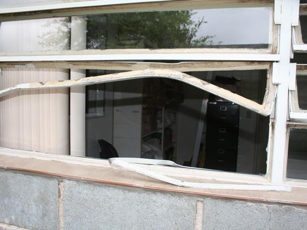 Após arrombarem a janela, ladrões invadiram a unidade e levaram uma televisão de 32 polegadas (Foto: Divulgação/Prefeitura de São Roque)
