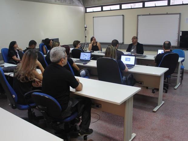 Reunião com os servidores da EAD aocnteceu na manhã nesta segudna-feira (24) (Foto: Amanda Franco/ G1)