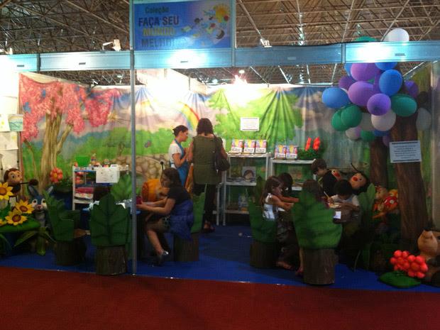 Estande da feira do livro onde crianças podem fazer pinturas e desenhos (Foto: Divulgação)