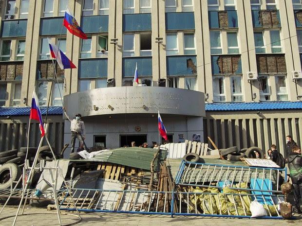 Manifestantes pró-Rússia fazem barricada em frente a prédio do serviço de segurança da cidade de Luhansk, no leste da Ucrânia (Foto: Reuters)