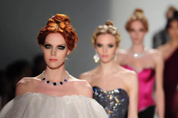 Nueva york - 11 de febrero: modelos a pie pista a mostrar venexiana otoño invierno 2012 colección en el lincoln center durante la semana de la moda de nueva york el 11 de febrero de 2012 en Nueva York — Foto de Stock #12566317