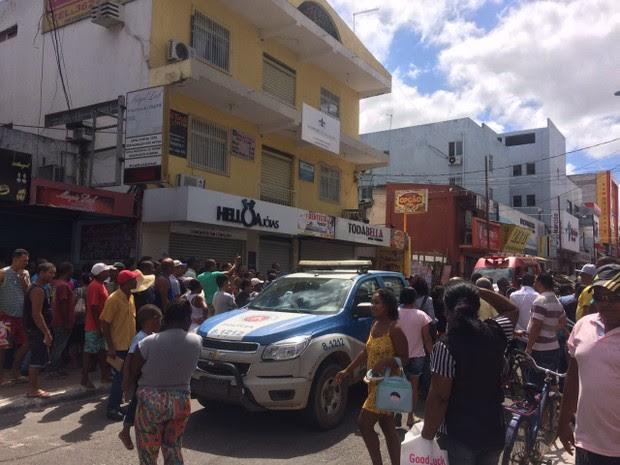 Rua da farmácia que teve explosão e deixou mortos na região metropolitana de Salvador (Foto: Juliana Almirante/G1)