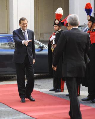 Rajoy saluda a Monti antes de la reunión de ayer en Roma. EFE