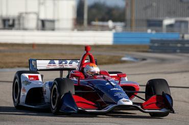 Matheus Leist com o carro da Indy, que estreia chassi novo em 2018