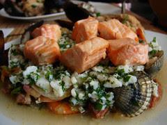cebiche sobre cocido de mariscos y salmón a la...