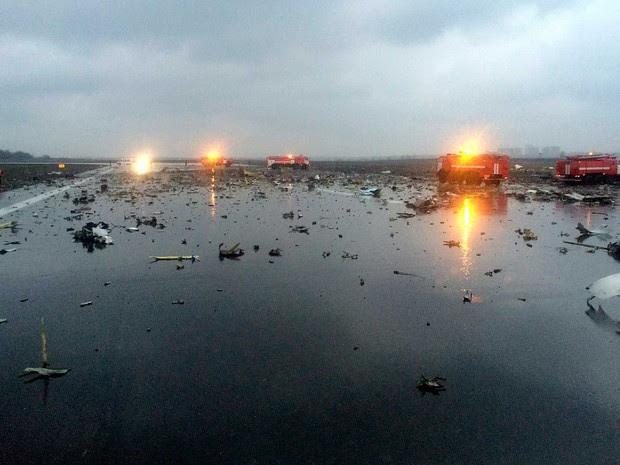 Veículos de bombeiros e de equipes de emergência entre destroços do avião da Flydubai (Foto: vk.com / Rostovnadonu / via AP Photo)