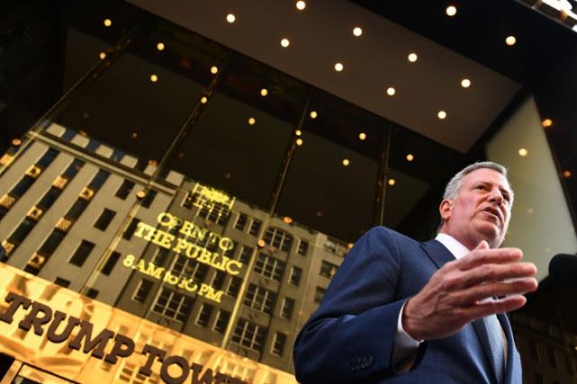 Le maire Bill de Blasio devant la Trump... (PHOTO AFP)