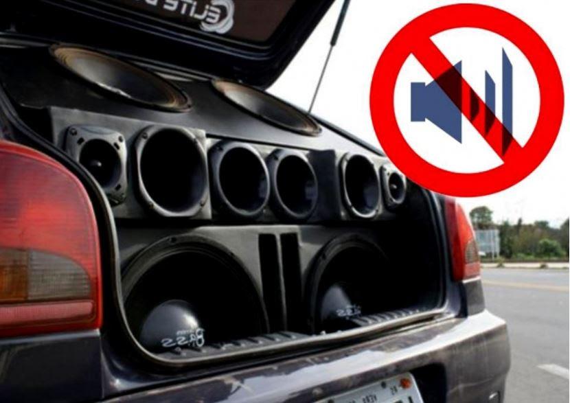É proibido dirigir ouvindo som acima de 80 dB (decibéis)