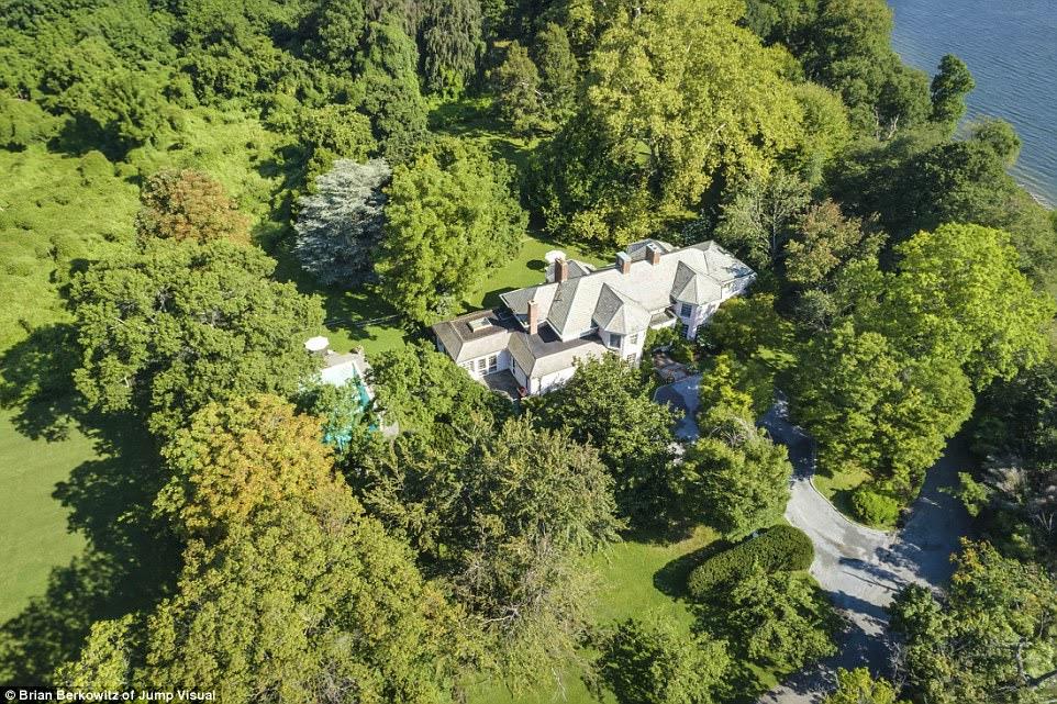 Leafy: Trong những năm 1940, Morgan cho phép một số bạn bè giàu có của mình xây dựng nhà riêng trên đảo.  Ông qua đời vào năm 1960, nhưng tài sản vẫn còn trong vợ của ông sở hữu trong nhiều năm