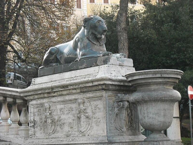 File:Cordonata - leone egizio alla base.JPG