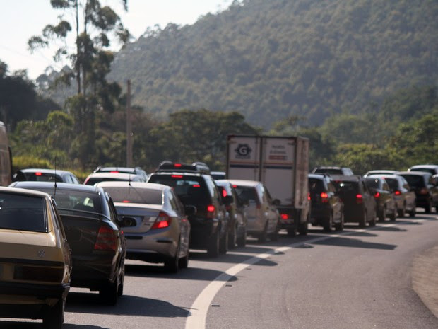 Rodovia do Tamoios registra tráfego intenso neste sábado (28). (Foto: Carlos Santos/G1)