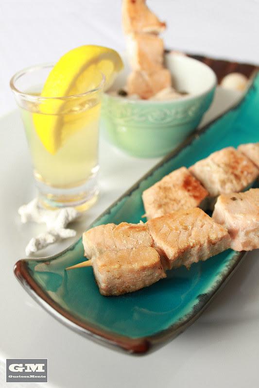 Spiedini di salmone al Martini dry con salsa tonnata