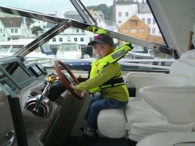 Mobilbilde av Kevin tatt av Elisabeth ombord på yachten til svoger'n hennes Flotte båter de reiser med :D