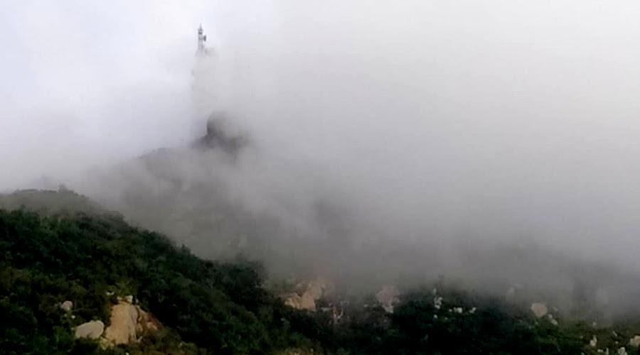 Frio no Sertão e o Pico do Jabre tomado pela neblina nesta manhã