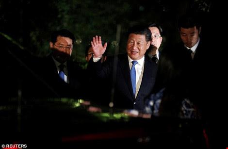 Sợ gián điệp Trung Quốc, nữ thủ tướng Anh phải trùm mền thay đồ - Ảnh 1.