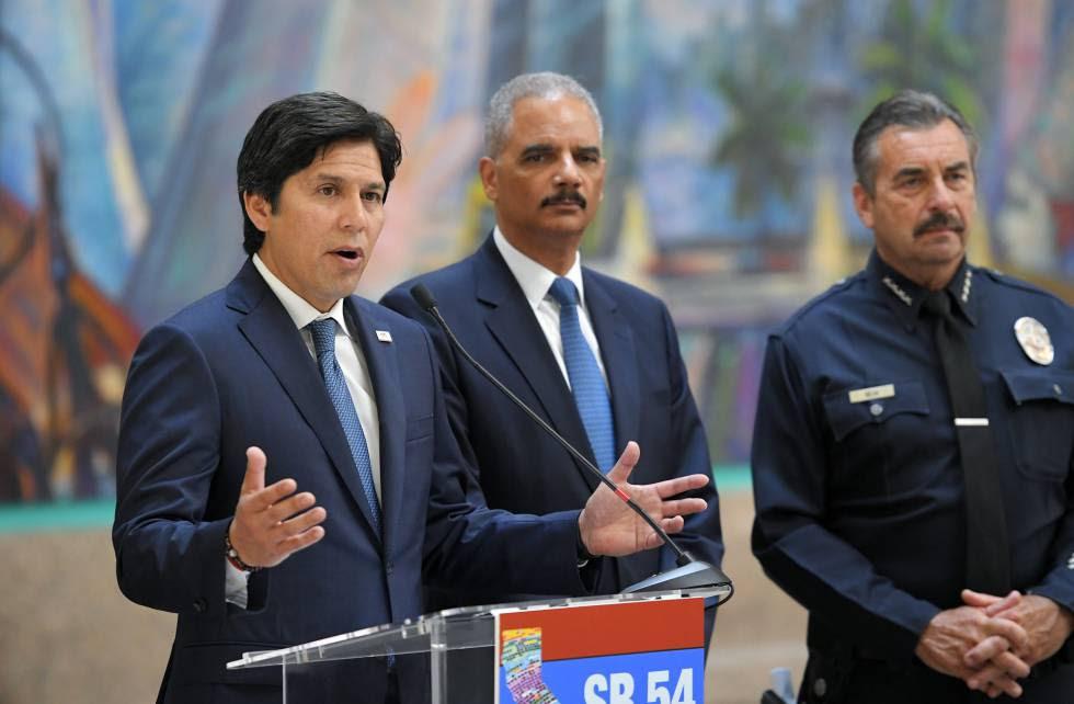 El presidente del Senado de California, Kevin de León, el exfiscal general de EE UU, Eric Holder, y el jefe de policía de Los Ángeles, Charlie Beck, este miércoles en Los Ángeles.
