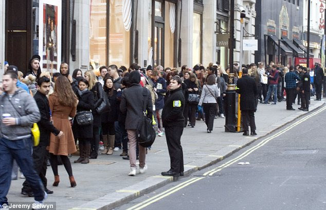 Hordas: Seguranças tentaram manter as filas cada vez maior sob controle como compradores mais e mais se juntou à linha