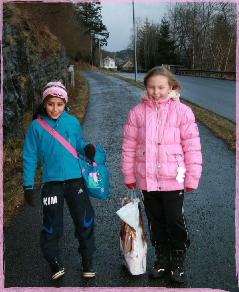 Kalyani og Iselin på veg til båten etter dagens handballturnering!