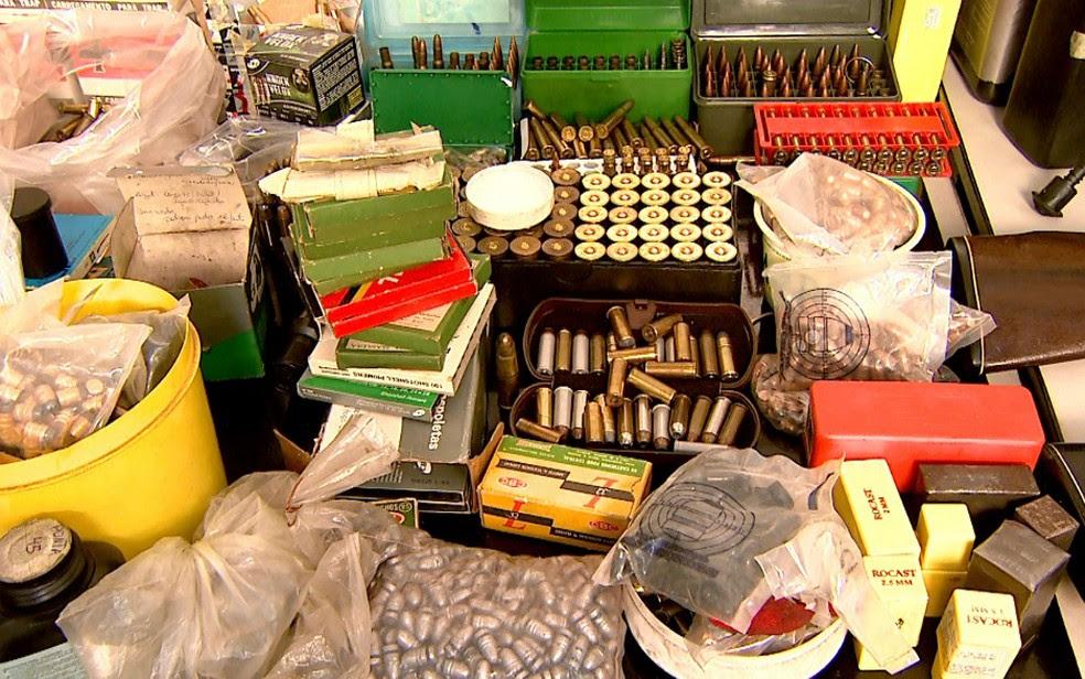 Projéteis, espoletas e pólvora para montagem das munições foram apreendidos em Ribeirão Preto (Foto: Cláudio Oliveira/EPTV)