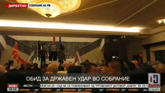 EKTAKTO: Διαλύονται τα Σκόπια – Εισβολή οπαδών του Γκρούεφσκι στη Βουλή – Ξυλοφόρτωσαν τον αρχηγό της αντιπολίτευσης - Εικόνα9