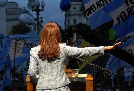 800px-Discurso_de_Cristina_Fernández_de_Kirchner_en_Plaza_de_Mayo,_1º_de_abril_2008