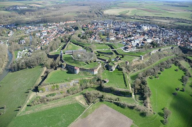 File:Montreuil-sur-Mer et sa citadelle.jpg
