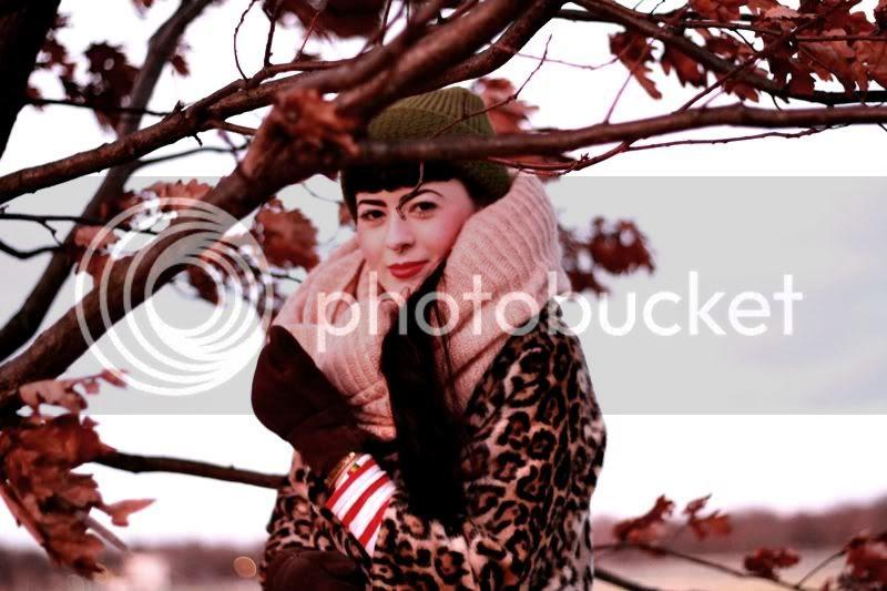 berlin tempelhofer feld flughafen, streifenshirt rot weiß, jeans shorts, mütze oliv, herbst winter