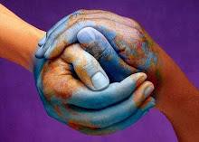 logo-Secouons-nous-deux-mains-enlacees-peinte-en-bleu-formant-la-terre