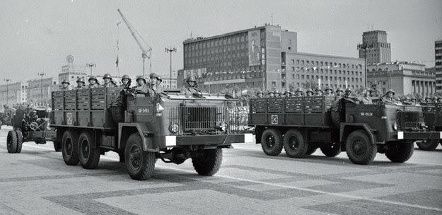 Samochody marki Star 66 w służbie LWP. Defilada 22 lipca 1964 r. w Warszawie/Wydawnictwo Vesper /materiały prasowe